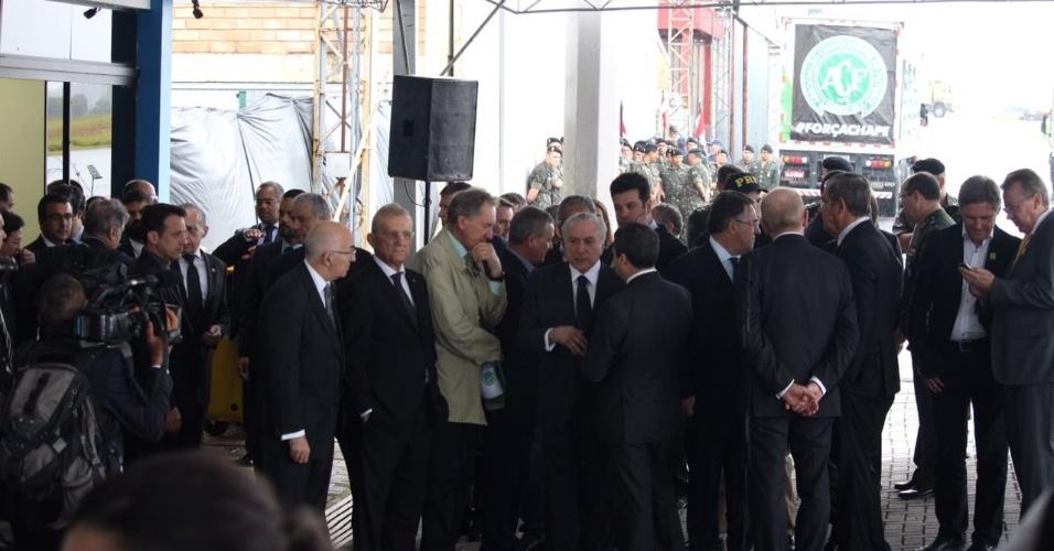 Presidente Michel Temer conversa antes de vítimas de tragédia chegarem a Chapecó