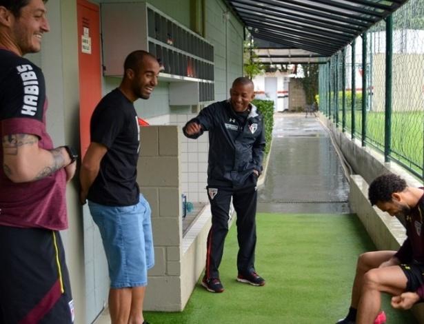 Lucas se diverte com Denis e Wellington Nem em visita ao São Paulo