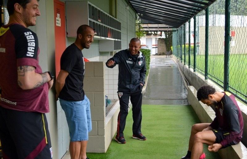 De férias no Brasil, Lucas visita o CT do São Paulo