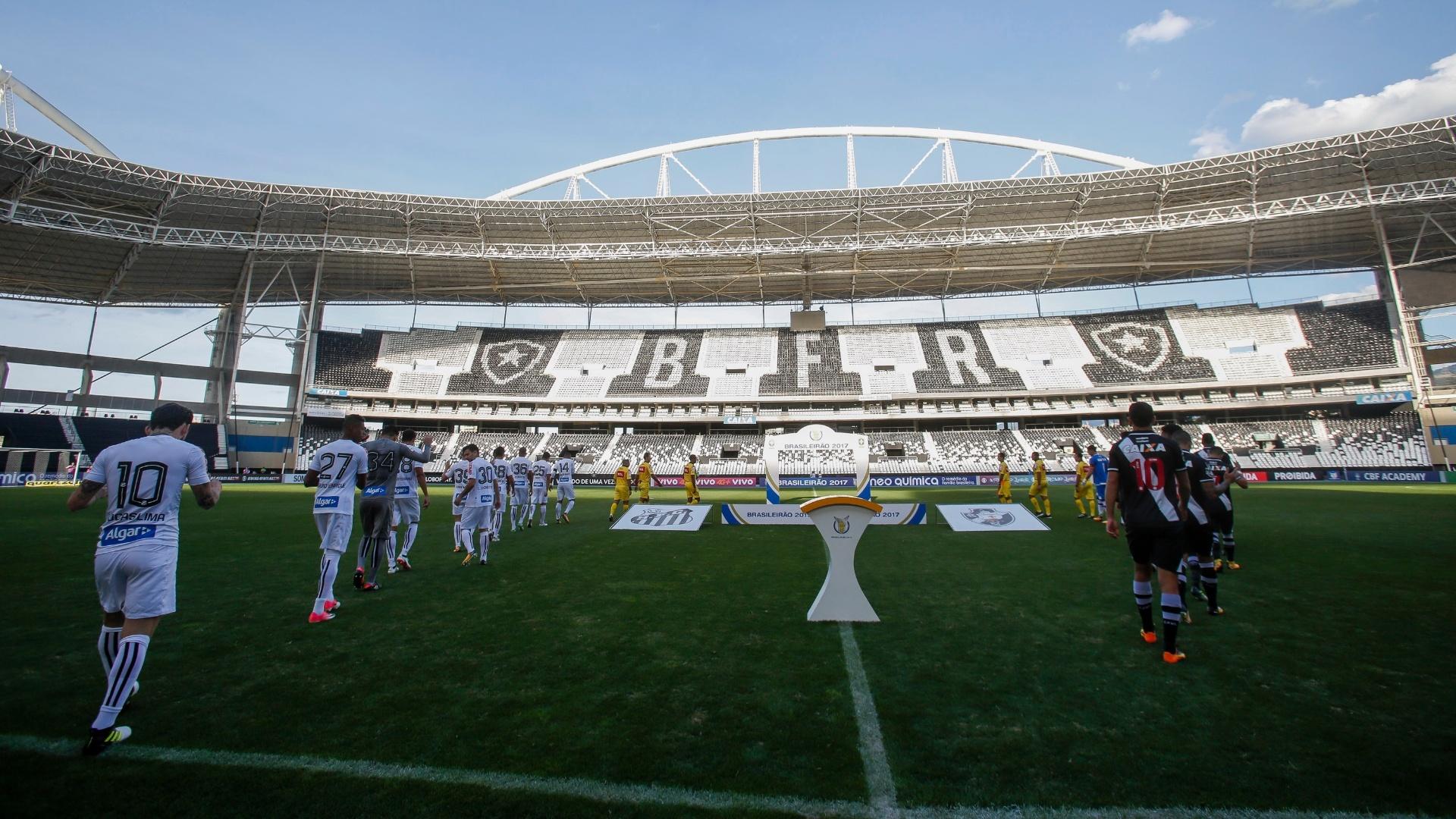 Jogadores de Vasco e Santos entram em campo para jogo sem torcida no Estádio Nilton Santos