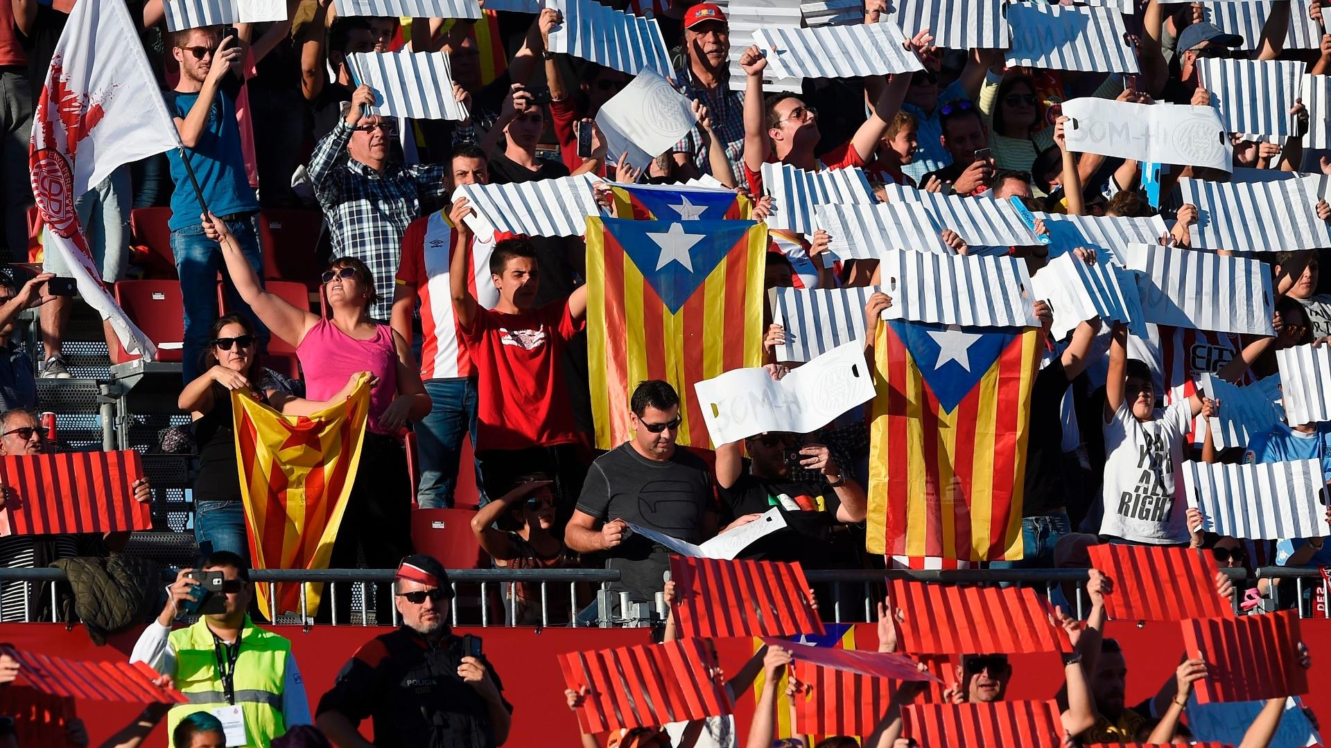 Torcedores mostram bandeiras da Catalunha durante o jogo entre Girona e Real