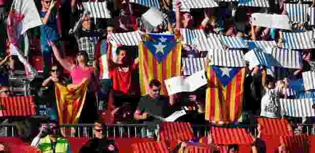 Torcedores mostram bandeiras da Catalunha durante o jogo entre Girona e Real - Josep Lago/AFP Photo - Josep Lago/AFP Photo