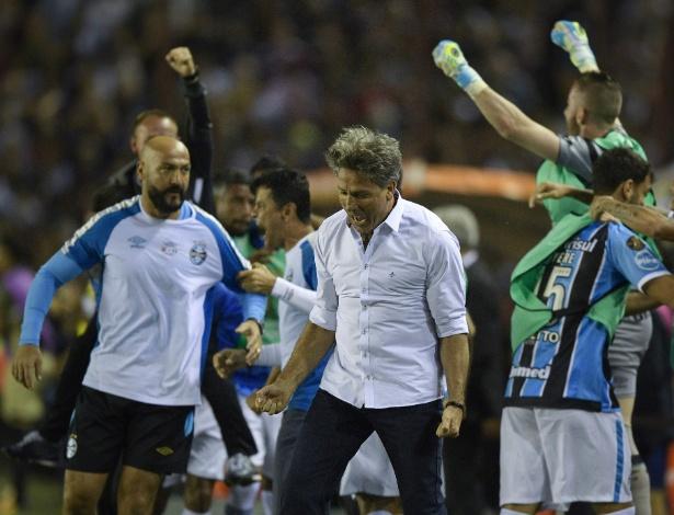 Renato Gaúcho comemora gol de Fernandinho na final