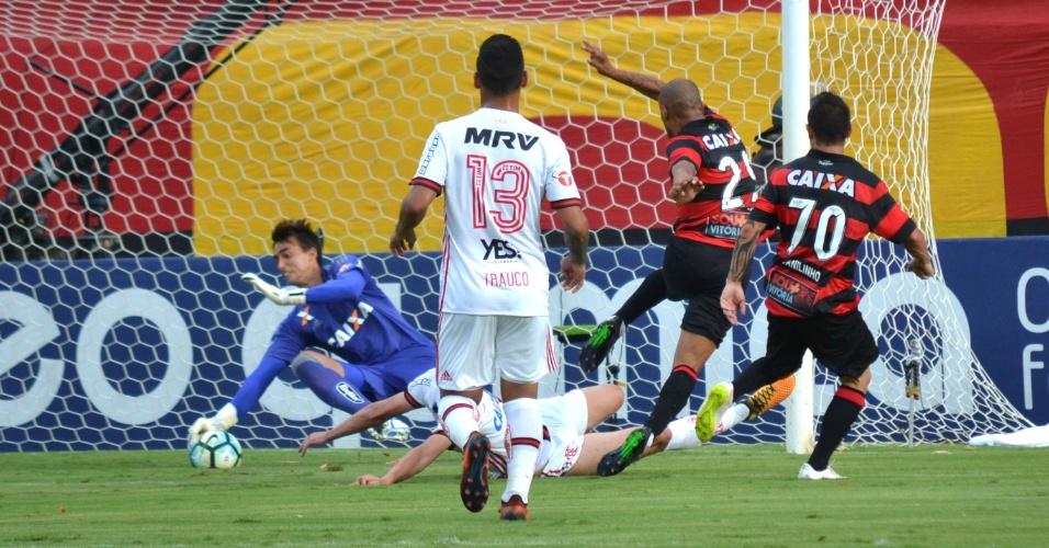 Cesar se estica para fazer defesa contra o vitória