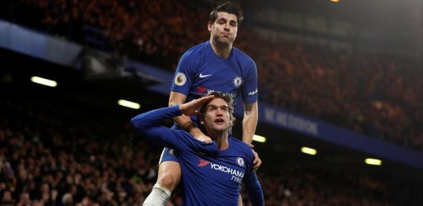 Morata pula sobre Alonso para celebrar o segundo gol do Chelsea em Londres