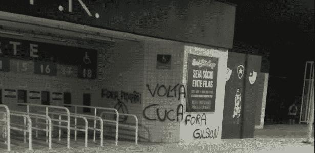Torcedores do Botafogo picham Estádio Nilton Santos e pedem volta de Cuca 1fad12849d2aa