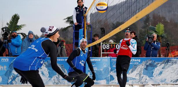 Giba (ao centro, de azul) durante evento de exibição do vôlei na neve em Pyeongchang