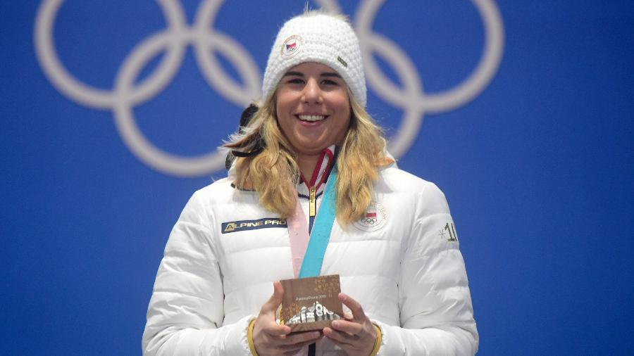 Ester Ledecka posa com a medalha de ouro conquistada neste sábado - Martin Bernetti/AFP