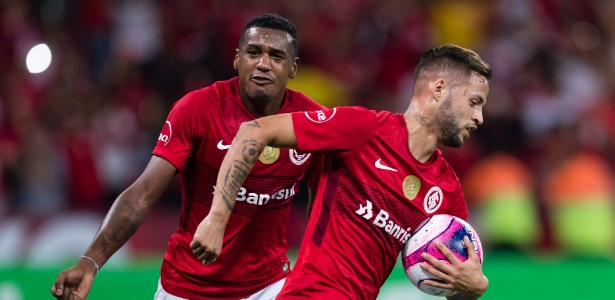 Nico López pega a bola após fazer gol do Internacional contra o Grêmio
