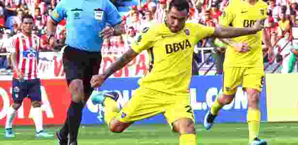 Carlitos Tévez participa do duelo do Boca Juniors contra o Junior Barranquilla - AFP