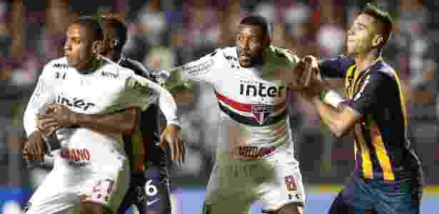 Bruno Alves e Jucilei durante partida do São Paulo com o Rosario Central - Marcello Zambrana/AGIF