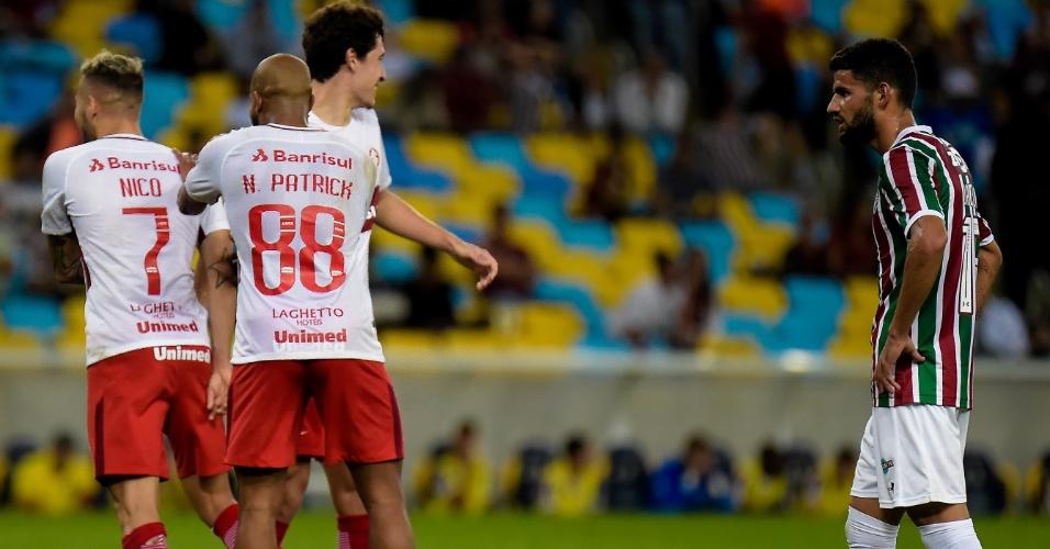 Jogadores do Internacional comemoram gol de Nico Lopez contra o Fluminense