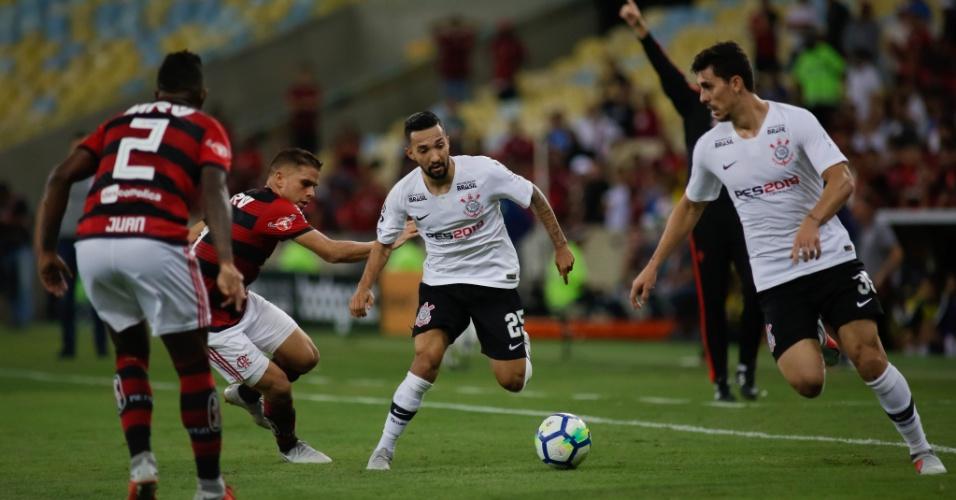 Clayson tenta passa pela marcação durante jogo entre Corinthians e Flamengo