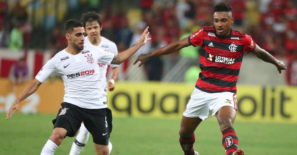 Vitinho, do Flamengo, disputa bola com Gabriel, do Corinthians