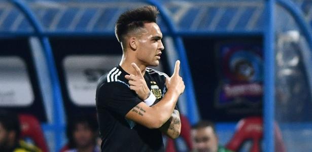 Lautaro Martínez comemora o primeiro gol da Argentina diante do Iraque - REUTERS/Waleed Ali