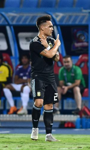 Lautaro Martínez comemora gol da Argentina em amistoso com o Iraque