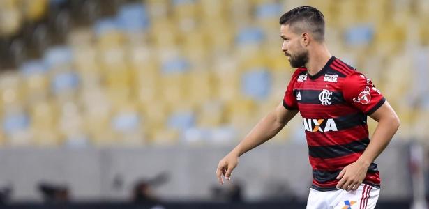 Diego em ação contra o Grêmio; meia é dúvida para o jogo contra o Cruzeiro - Bruna Prado/Getty Images