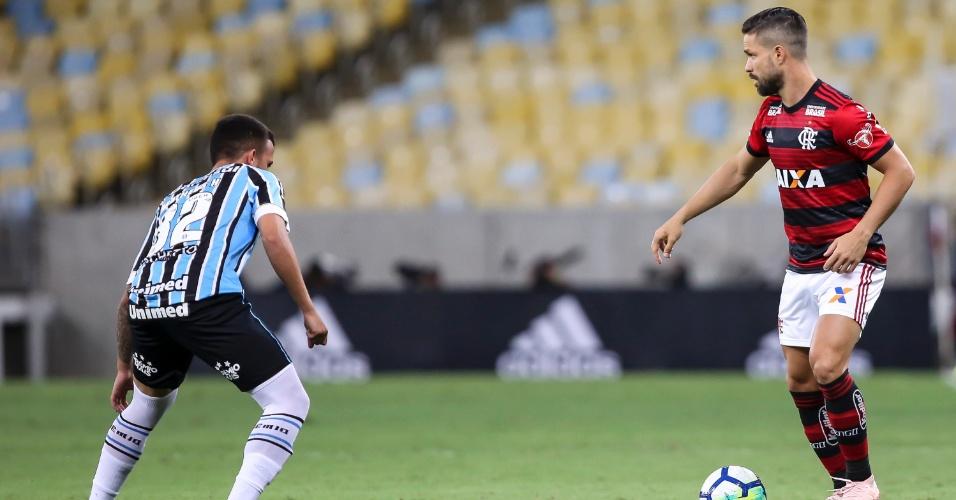 Diego ginga diante da marcação em jogo entre Flamengo e Grêmio