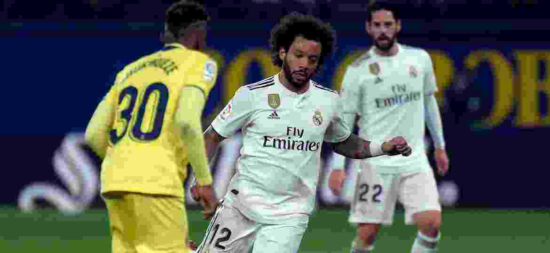 Marcelo conduz a bola durante a partida entre Real Madrid e Villarreal - JOSE JORDAN / AFP