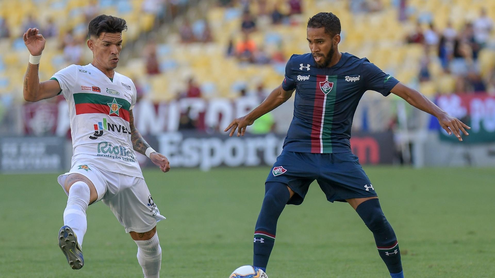 Jogadores de Fluminense e Portuguesa-RJ disputam a bola