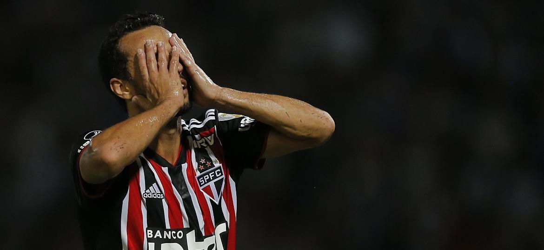 Nenê lamenta durante a derrota do Tricolor para o Talleres, da Argentina, pela Libertadores - DIEGO LIMA / AFP