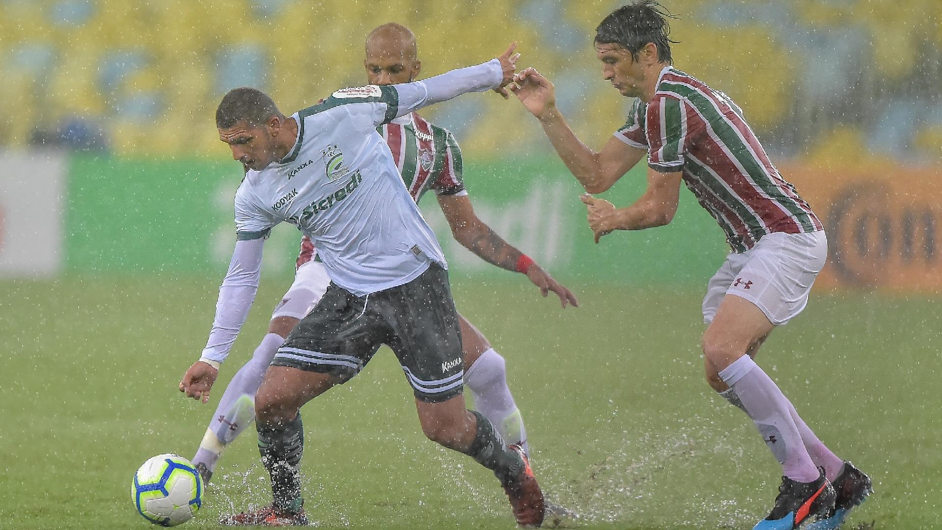 Mateus Ferraz, do Fluminense, disputa lance com Wilson Jr., do Luverdense, durante partida pela Copa do Brasil 2019