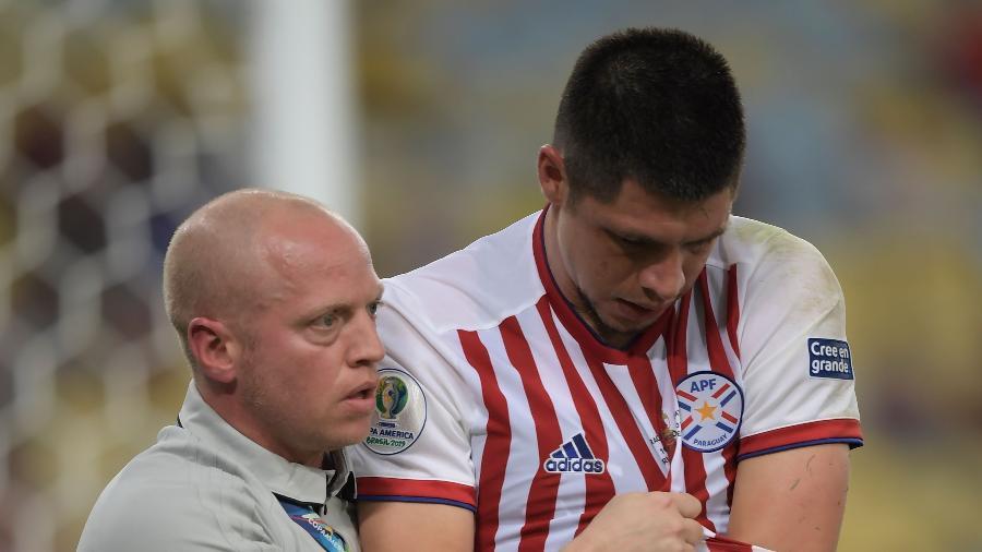 Rodrigo Rojas se machucou ao tentar evitar gol do Qatar - Carl DE SOUZA / AFP