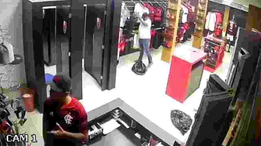 Imagem de câmera de segurança mostra roubo a uma loja oficial do Flamengo - Reprodução