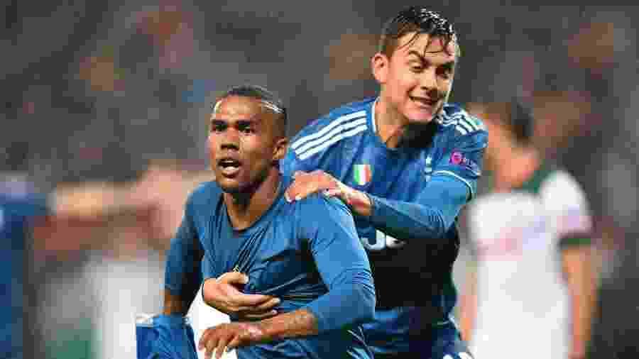 Douglas Costa comemora após marcar pela Juventus contra o Lokomotiv - Dimitar DILKOFF / AFP