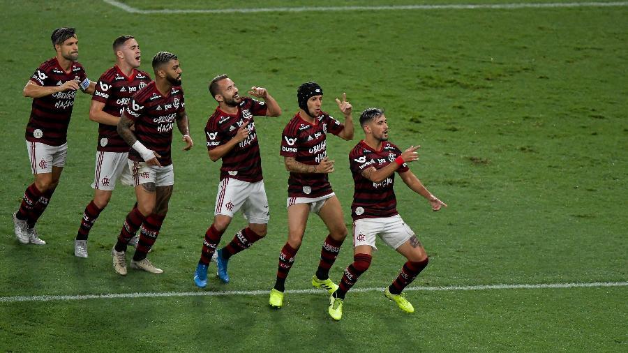 Jogadores do Flamengo comemoram gol de Arrascaeta contra o Avaí - Thiago Ribeiro/AGIF