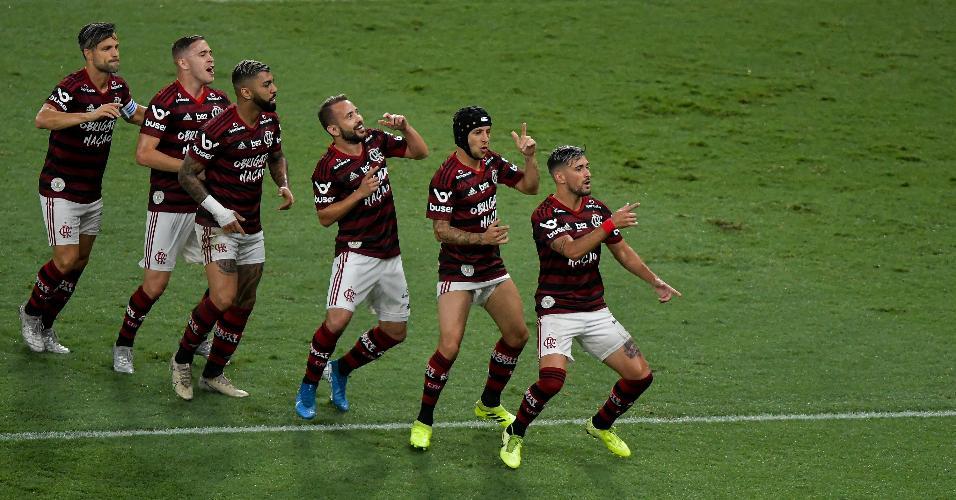 Jogadores do Flamengo comemoram gol de Arrascaeta contra o Avaí