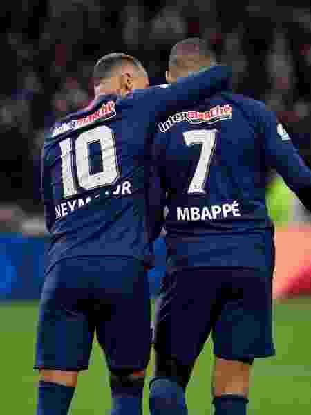 Neymar comemora ao lado de Mbappé seu gol de pênalti para o PSG diante do Lyon na Copa da França - Philippe Desmazes/AFP