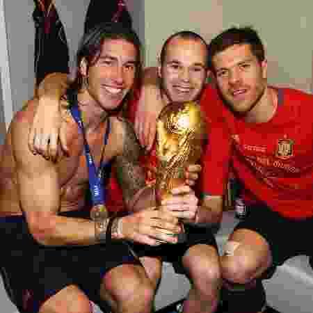 Iniesta (Barcelona), Sergio Ramos e Xabi Alonso (Real Madrid) comemoram a conquista da Copa de 2010 da Espanha - Alex Livesey - FIFA/FIFA via Getty Images