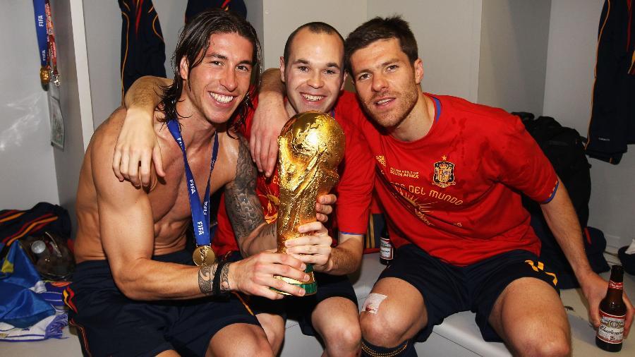 Iniesta, Sergio Ramos e Xabi Alonso comemoram a conquista da Copa de 2010 da Espanha - Alex Livesey - FIFA/FIFA via Getty Images