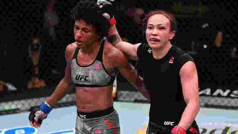 Angela Hill (à esquerda) e Michelle Waterson (à direita) duelaram por 25 minutos em um combate equilibrado - Jeff Bottari/Zuffa LLC