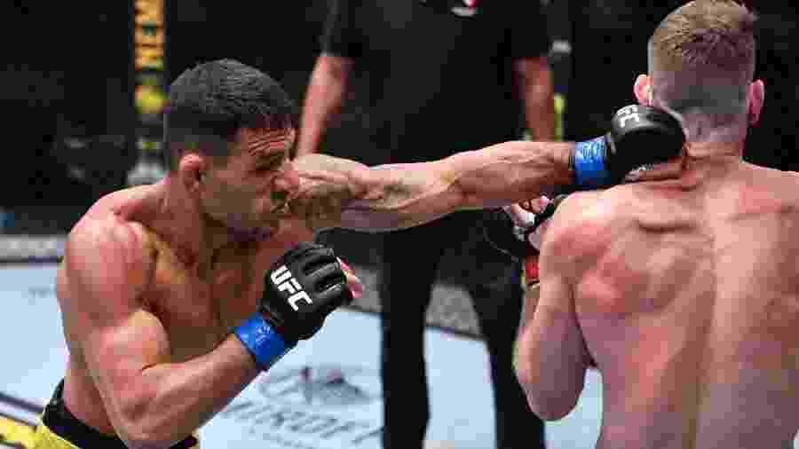 Rafael dos Anjos (à esq.) dispara golpe contra Paul Felder durante evento do UFC - Jeff Bottari/Zuffa LLC