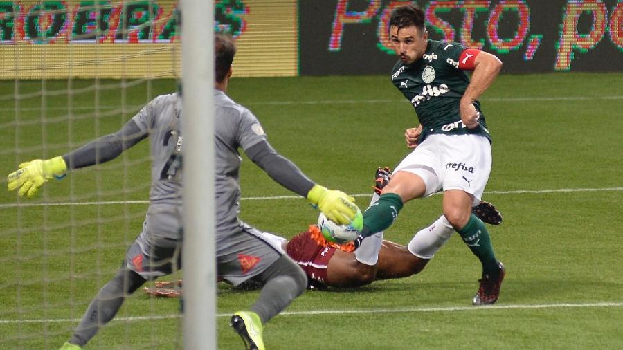 Willian tenta finalização durante Palmeiras x Fluminense - Bruno Ulivieri/AGIF