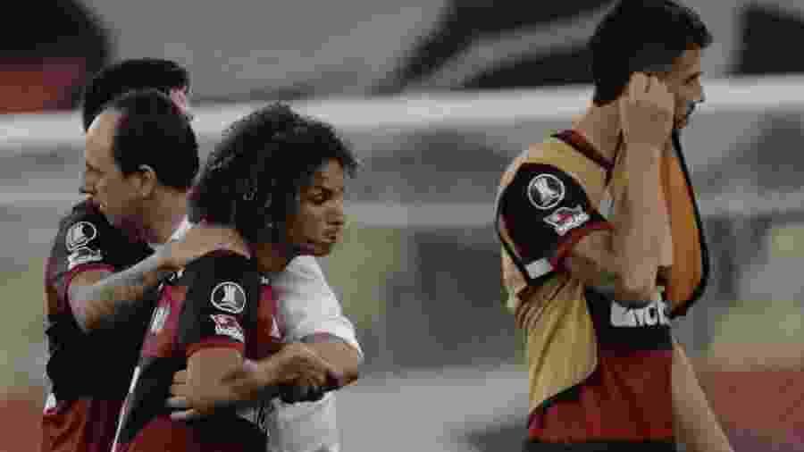 Rogério Ceni abraça Willian Arão após a eliminação do Flamengo na Libertadores - Antonio Lacerda/Pool/AFP