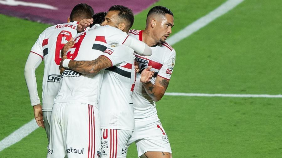 Jogadores do São Paulo comemoram o gol de Pablo contra o Rentistas - MAURíCIO RUMMENS/FOTOARENA/FOTOARENA/ESTADÃO CONTEÚDO