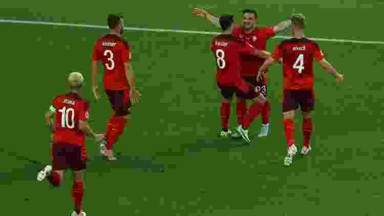 Shaqiri celebra com os companheiros da Suíça o seu 1° gol marcado contra a Turquia - Naomi Baker/Getty Images - Naomi Baker/Getty Images