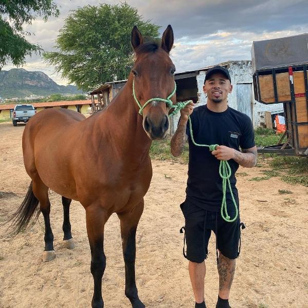 Gabriel Jesus com cavalo no sertão de Pernambuco