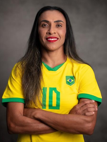 Marta usa o cabelo para esconder símbolo da Nike do uniforme oficial - CBF
