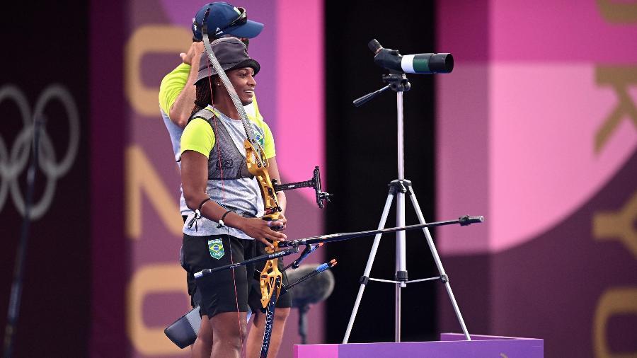 Ane Marcelle Dos Santos em ação no tiro com arco nas Olimpíadas de Tóquio - Clodagh Kilcoyne/Reuters