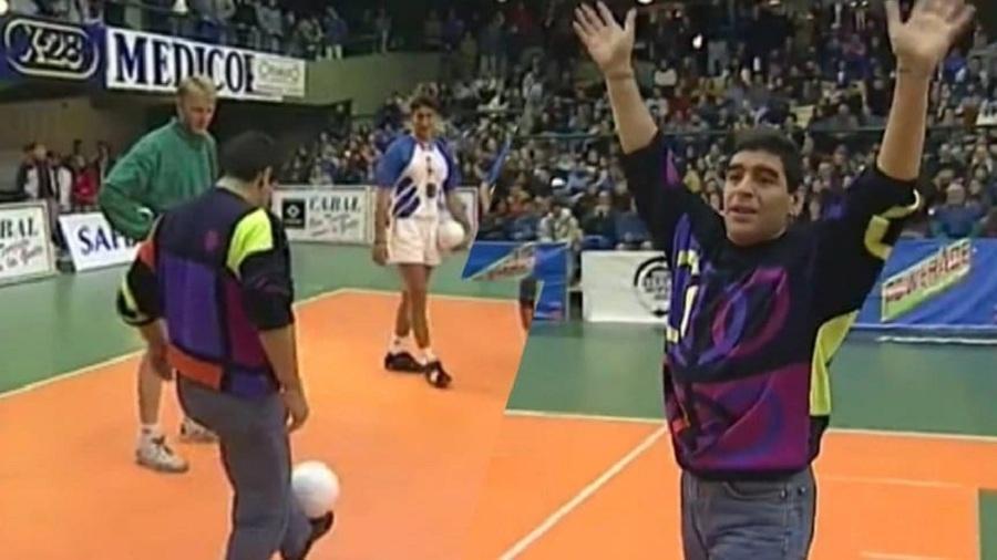 Diego Maradona participa de aquecimento em jogo de vôlei na Argentina em 1995 - Reprodução TV