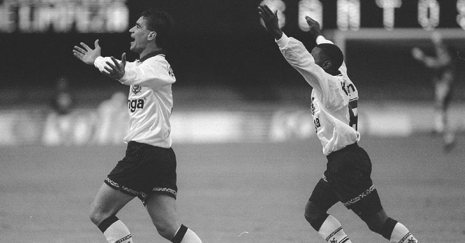 Gralak e Ezequiel comemoram gol pelo Corinthians (18/08/1994)