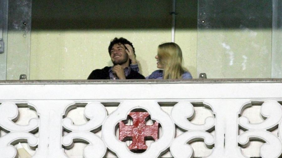 Horas antes do Dia dos Namorados em 2011, Pato curtiu jogo do Vasco com sua então namorada Barbara Berlusconi - Ricardo Cassiano/UOL