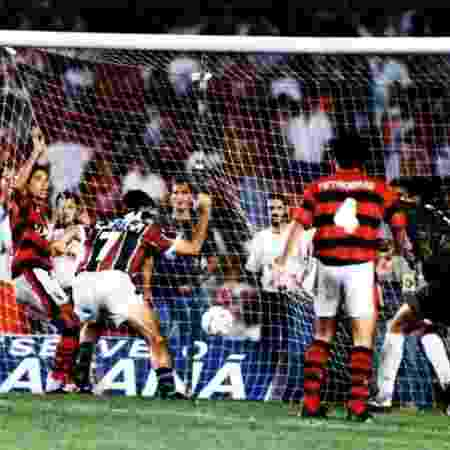 Renato Gaúcho (7) marca o histórico gol de barriga e sai para comemorar; rubro-negros observam o lance no Maracanã lotado - Site Oficial do Fluminense
