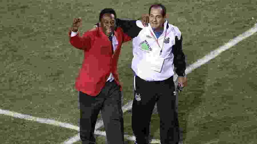 Pelé (e) e Muricy Ramalho se abraçam após o Santos vencer a Libertadores de 2011 - Rivaldo Gomes/Folhapress