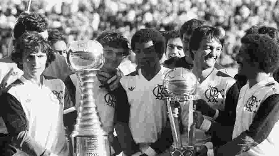 Zico, Tita, Andrade, Leandro e Júnior comemoram título mundial do Flamengo após vitória sobre o Liverpool - Agência O Globo