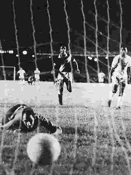Goleiro Andrada observa bola batida por Pelé encontrar as redes no famoso milésmo gol do Rei - Arquivo Folha Imagem